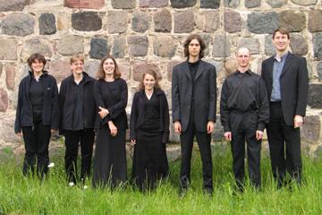 Das Vokalensemble 16 Fuß vor der Dorfkirche Dahlewitz