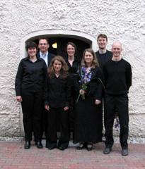 Das Vokalensemble 16 Fuß vor der Dorfkirche Diedersdorf